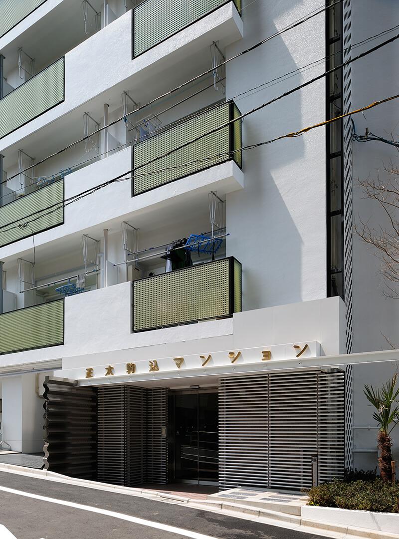 バルコニーとエントランス近景 after デザインリノベーション|賃貸マンション外壁大規模修繕|リフォーム空室改善事例
