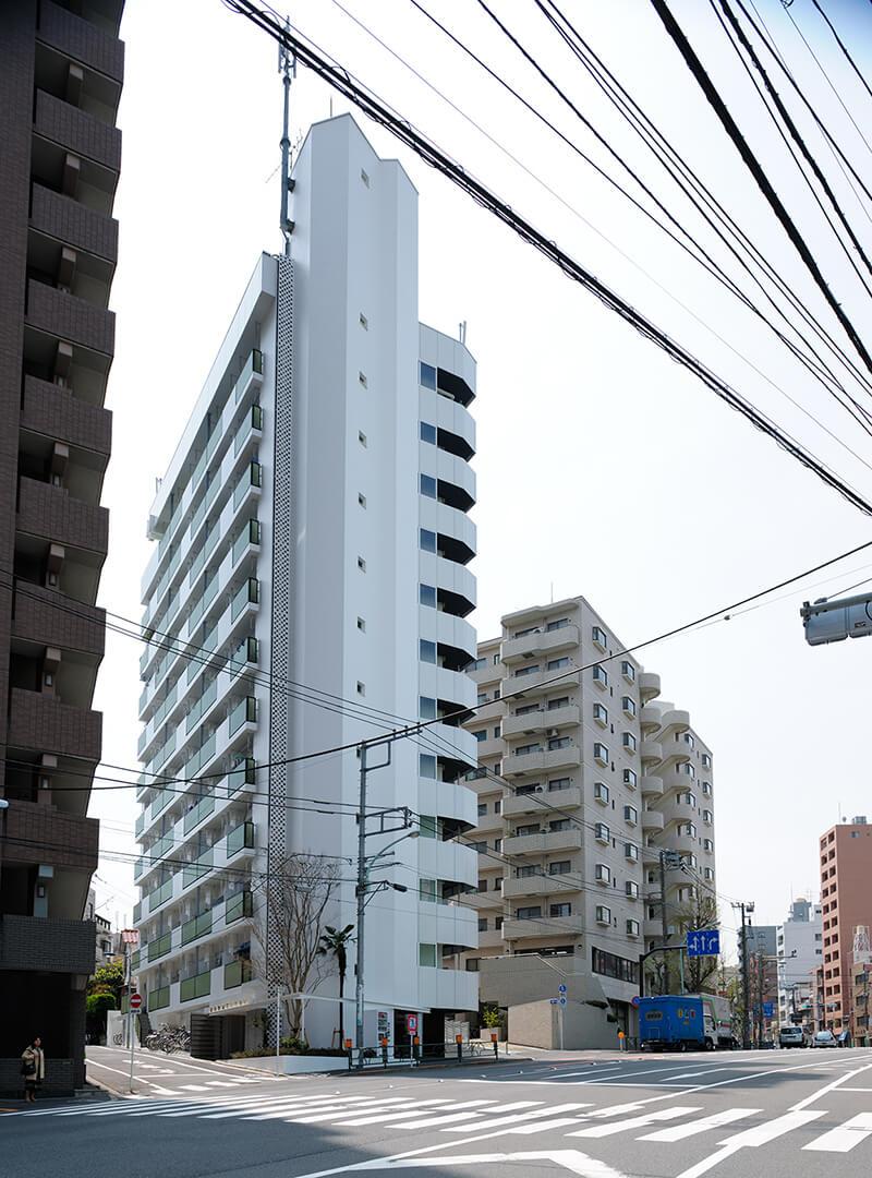 シャープなディテールで新築のような外装デザイン 不忍通りからの眺め デザインリノベーション|賃貸マンション外壁大規模修繕|リフォーム空室改善事例