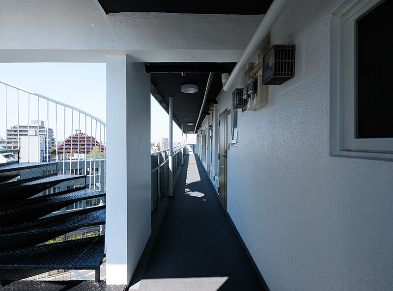 今後の設備メンテナンスに配慮したデザイン 共用廊下と屋外避難階段 デザインリノベーション|賃貸マンション外壁大規模修繕|リフォーム空室改善事例