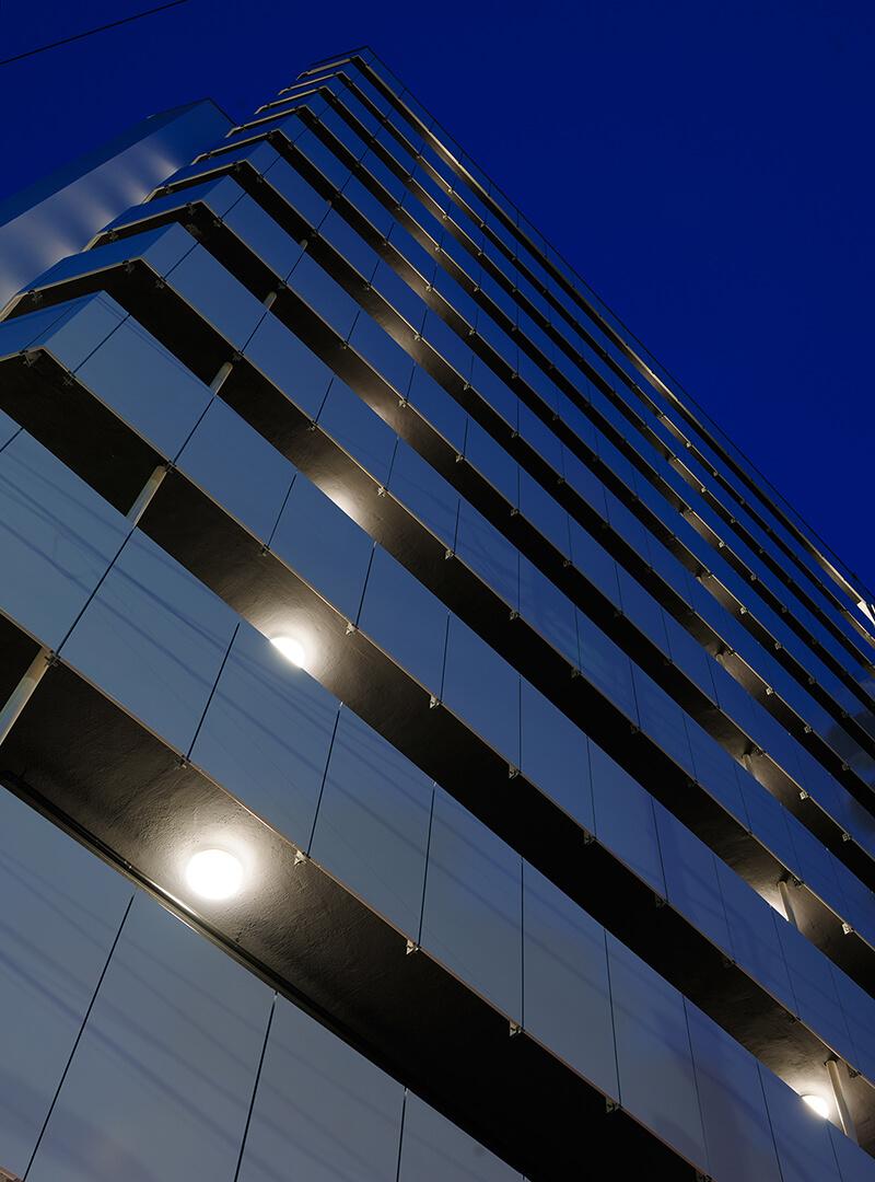 統一感を演出する廊下手摺パネル デザインリノベーション|賃貸マンション外壁大規模修繕|リフォーム空室改善事例