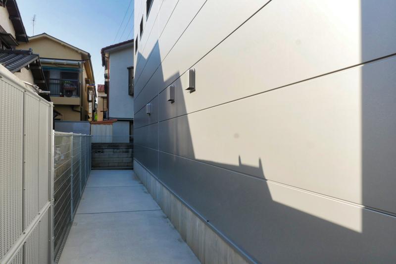 片岡直樹の建もの探訪|三浦工務店本社ビル裏手イソバンド外壁部