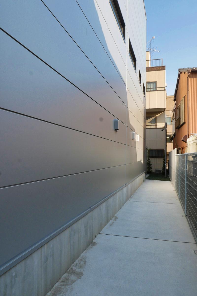 片岡直樹の建もの探訪|三浦工務店本社ビル裏手イソバンド外壁部見返し