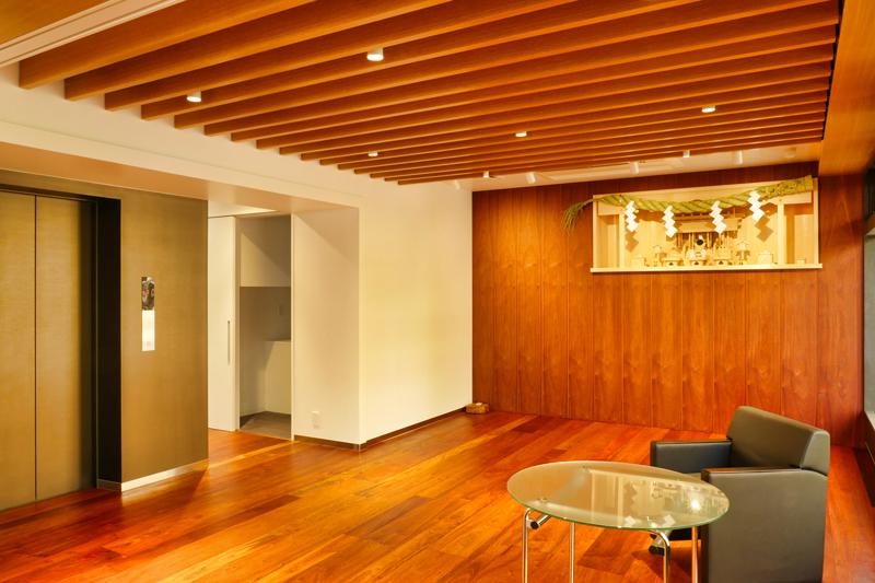 片岡直樹の建もの探訪|三浦工務店本社ビルエントランスホールと神棚