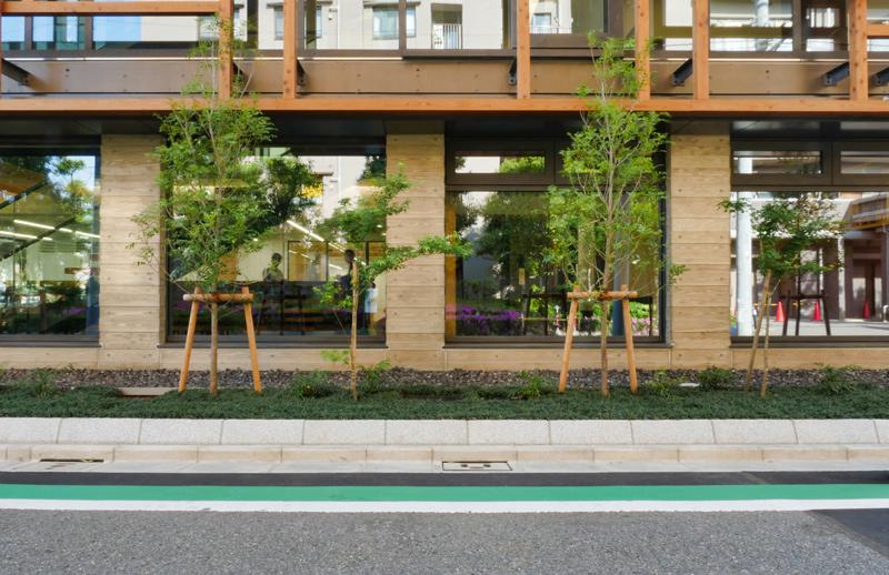 片岡直樹の建もの探訪|三浦工務店本社ビル基壇コンクリートとサッシのディテール