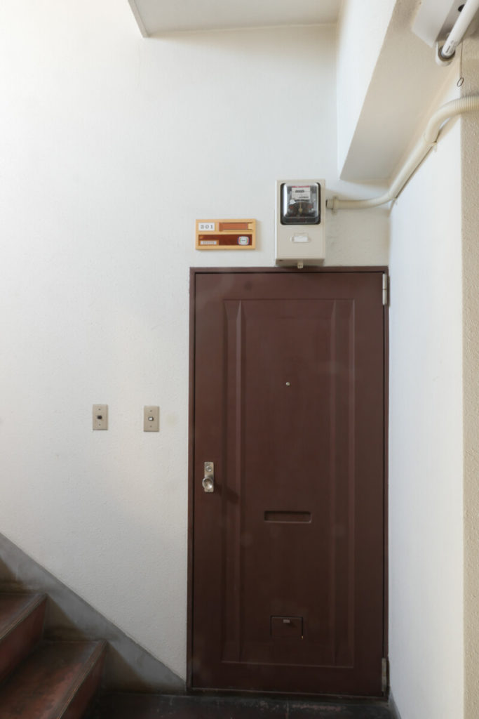 改修前玄関扉賃貸マンション玄関扉交換前