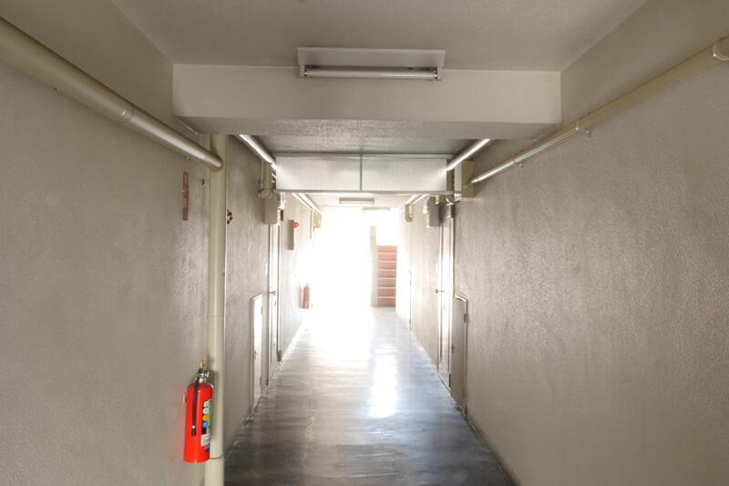 賃貸マンションのフルリノベーション事例中廊下の改修前です。