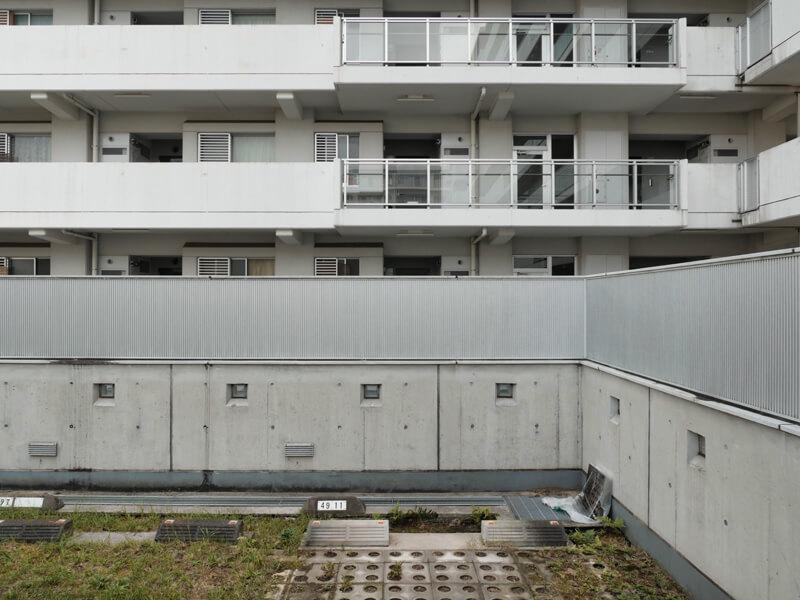 ヌーベル赤羽台1号棟 駐車場から外廊下を眺める エキスパンション