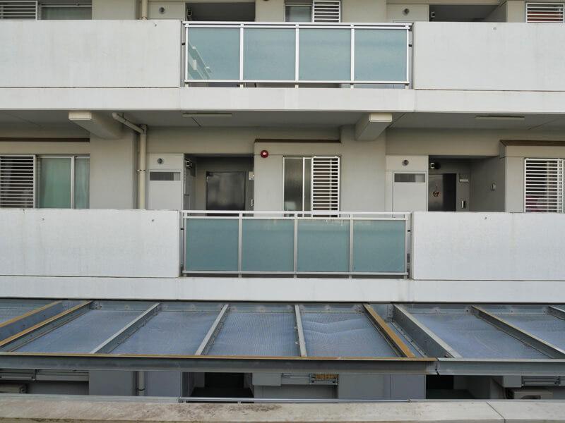 ヌーベル赤羽台1号棟 外廊下から玄関を眺める