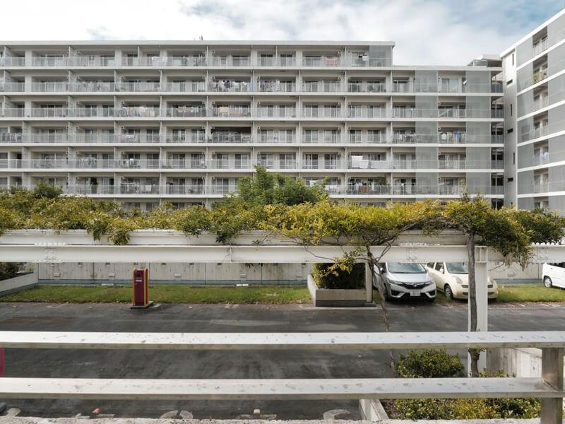 ヌーヴェル赤羽台2号棟 (A街区) 駐車場からバルコニー側外観