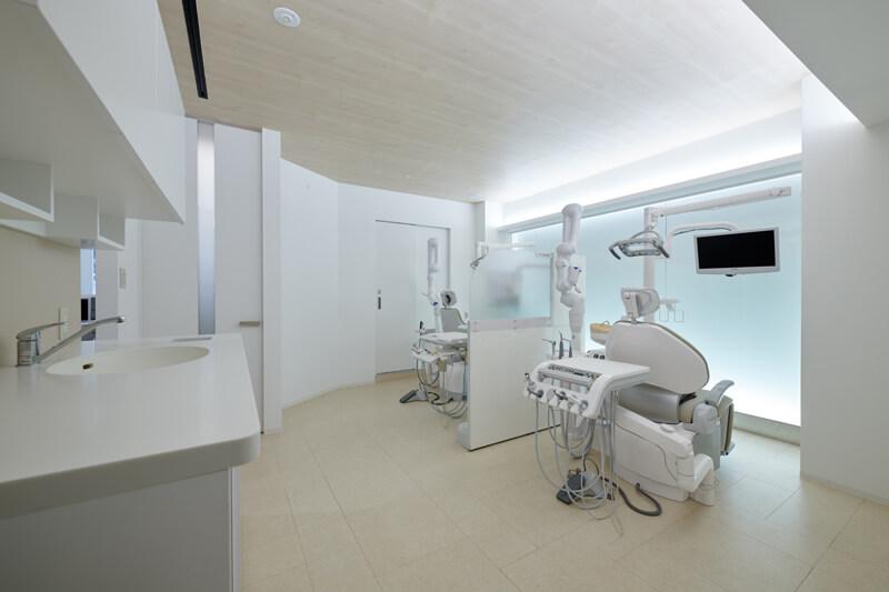 歯科医院診察室デザイン 光壁 間接照明 木目調天井