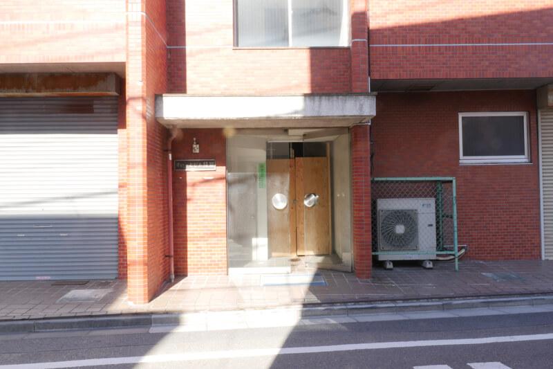 空室対策|一棟まるごとフルリノベーション|賃貸マンション経営|マンションリノベーションデザイン設計|デザイナーズ賃貸 ビフォーエントランス