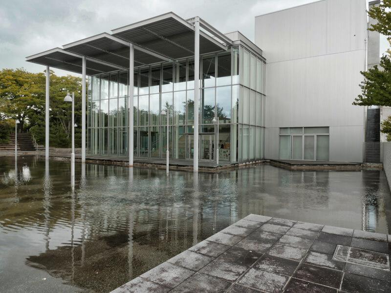鶴岡アートフォーラム|水盤とフォーラム